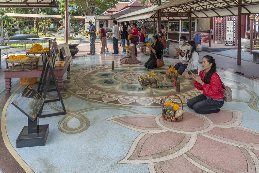 Ein Gebet vor dem Rundgang durch das Erawan Museum gehört einfach dazu