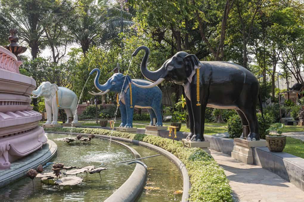 Elefanten-Statuen rund um das Gebäude das den bronze Elefanten trägt