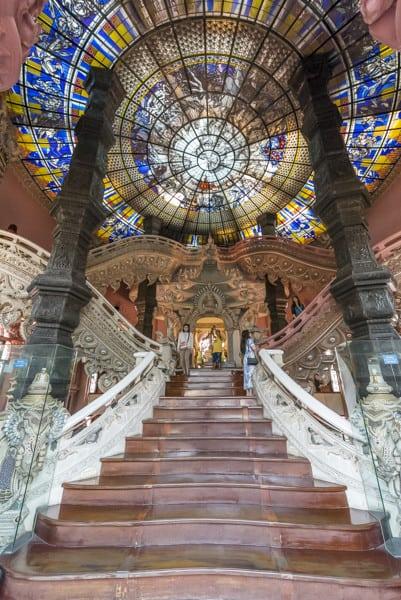 Riesiger, wundervoller Treppenaufgang im Inneren des Erawan Museums in Bangkok