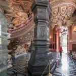 Treppenaufgang mit einer der vier Säulen
