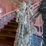 Figur an der Treppe im Erawan-Museum Bangkok