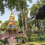 Chedi unt Elefanten-Statue im Garten des Erawan-Museum in Bangkok