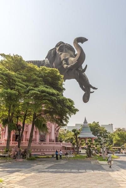 Das runde Hauptgebäude mit dem dreiköpfigen Elefanten im Erawan-Museum Bangkok