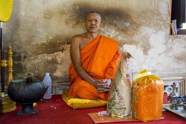 Mönch beim Gabenempfang