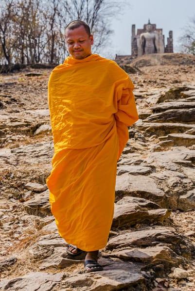 Mönch mit kompletter Bekleidung