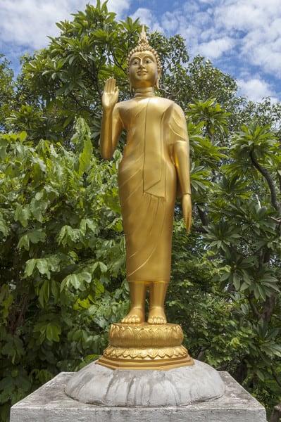 Handhaltung Buddhas - stehend mit Ermutigungsgeste (abhaya mudrā)