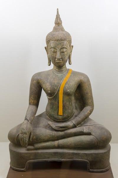 Mantelrobe Buddhas - Gestik der Buddha-Darstellungen