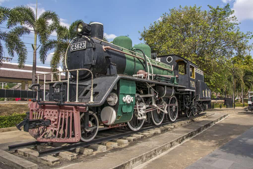 Historische Lokomotive am Bahnhof an der River Kwai Bridge