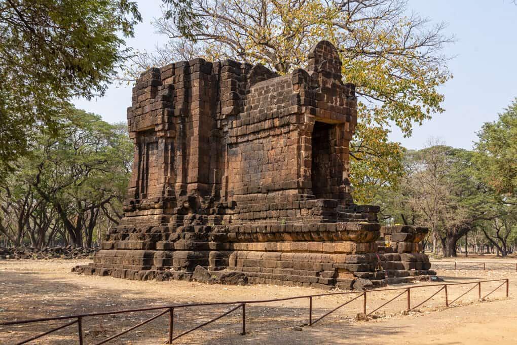 Ost - Südseite des Ta Pha Daeng Schrein in Sukhothai