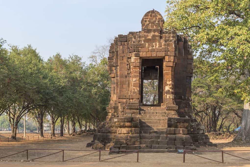 Östliche Seite des Ta Pha Daeng Schrein mit Giebel