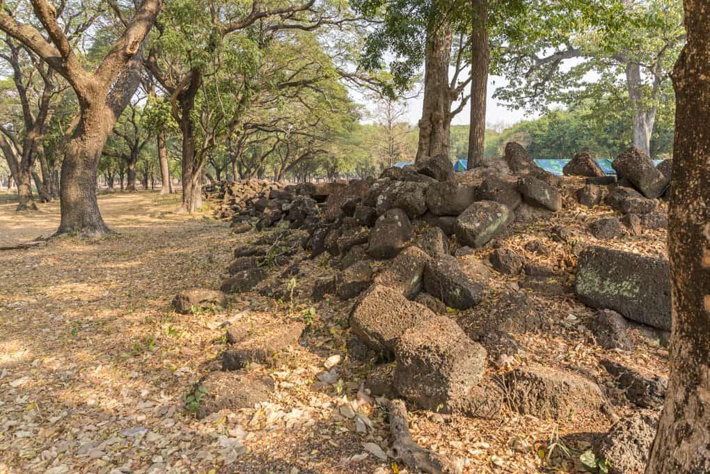 Steinhaufen an der Westseite des Schrein