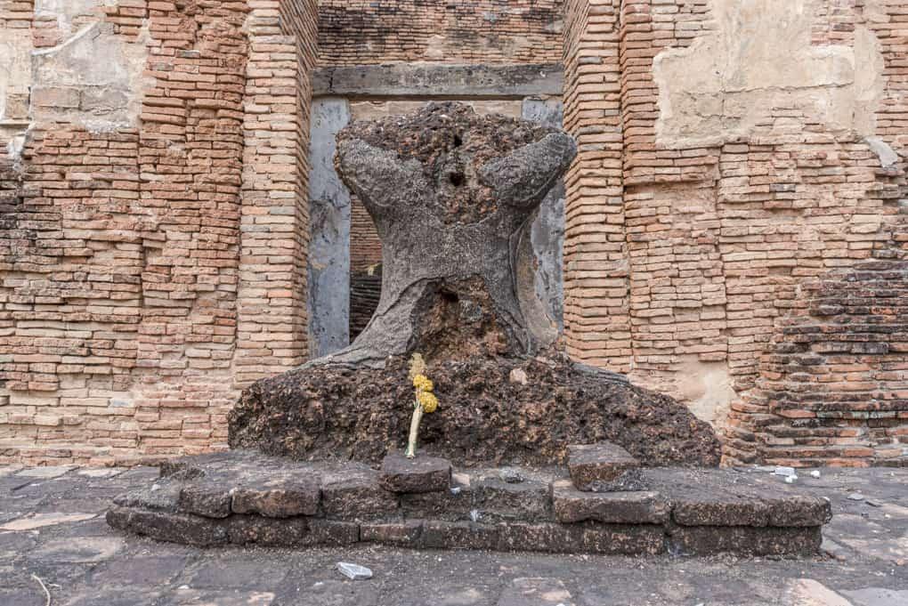 Reste des Latterit-Buddhas im Viharn des Wat Tuek