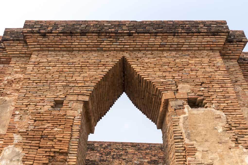 Eingang zum aus Backsteinen errichteten Mondop