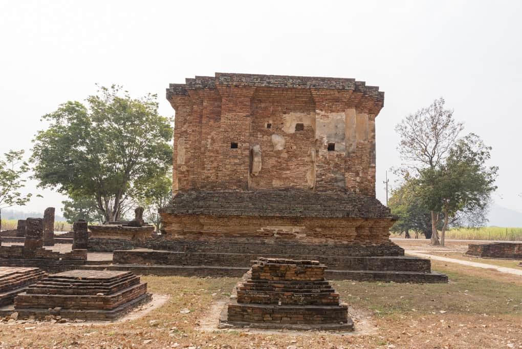 Sockellagen weitere Chedis im Wat Tuek