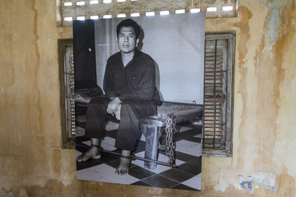 Bild eines an das Bett gefesselten Gefängnisinsassen im Gefängnis S-21 - Foto im Tuol-Sleng-Genozidmuseum Phnom Penh