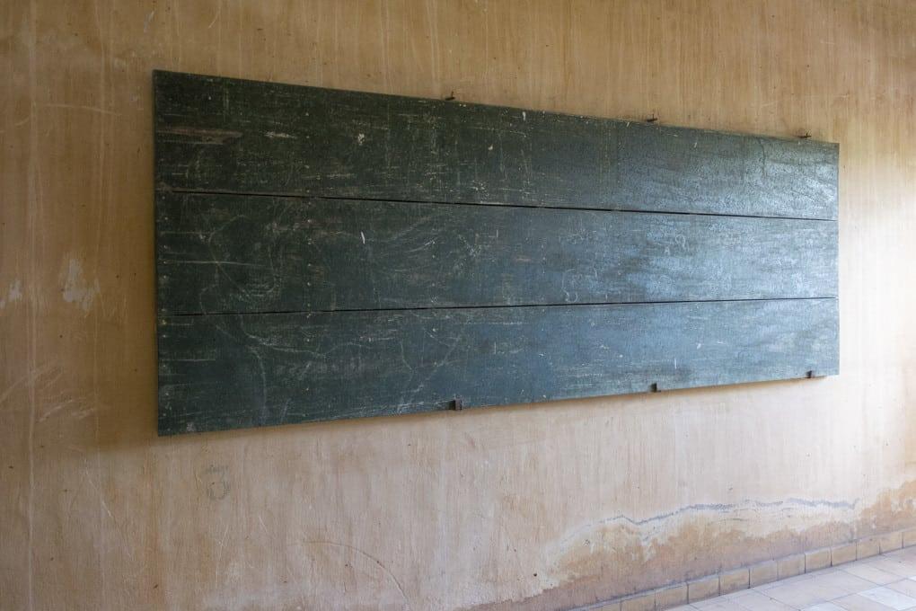 Schultafel im Gefängnis S-21 - Foto im Tuol-Sleng-Genozidmuseum Phnom Penh