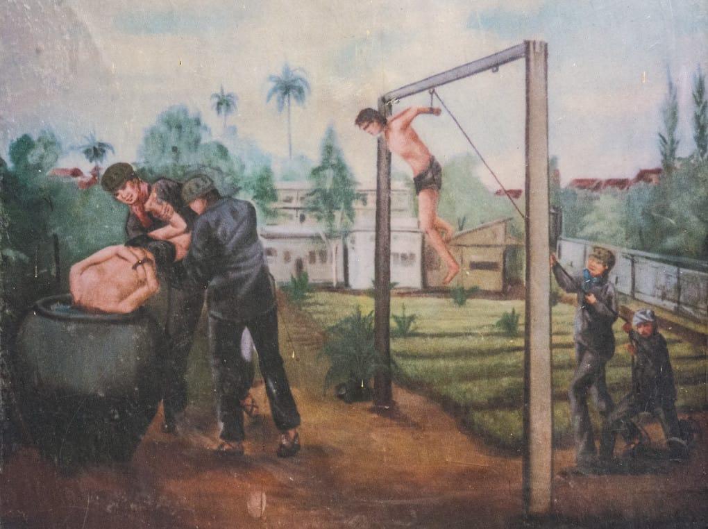 Perverse Foltermethoden im Gefängnis S-21 - Foto im Tuol-Sleng-Genozidmuseum Phnom Penh