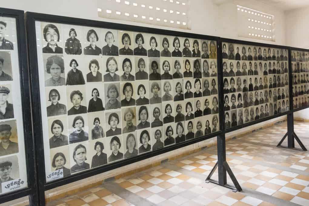 Fotowand mit den Fotografien der Inhaftierten vom Gefängnis S-21 - Foto im Tuol-Sleng-Genozidmuseum Phnom Penh