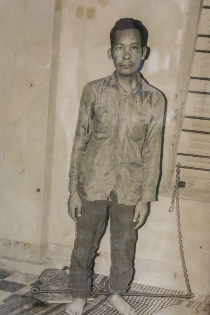 Gefangener mit Fußfesseln aus Moniereisen - Foto im Tuol-Sleng-Genozidmuseum Phnom Penh