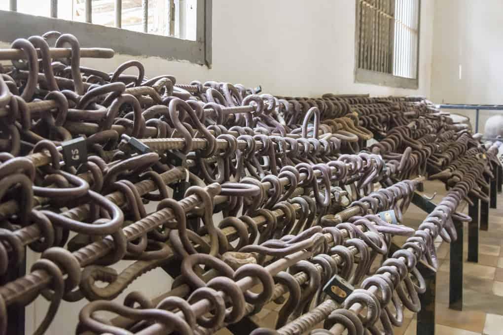 Die Fußfesseln aus Moniereisen im Tuol-Sleng-Genozidmuseum in Phnom Penh