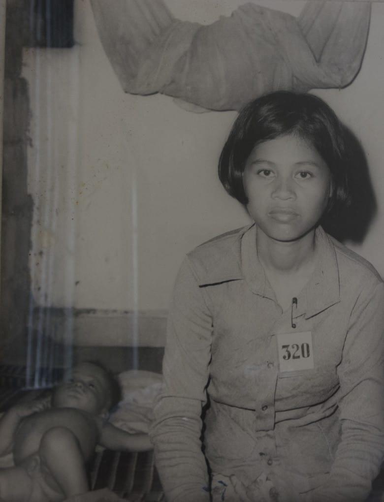Mädchen mit ihrem Baby im Gefängnis S-21 in Phnom Penh