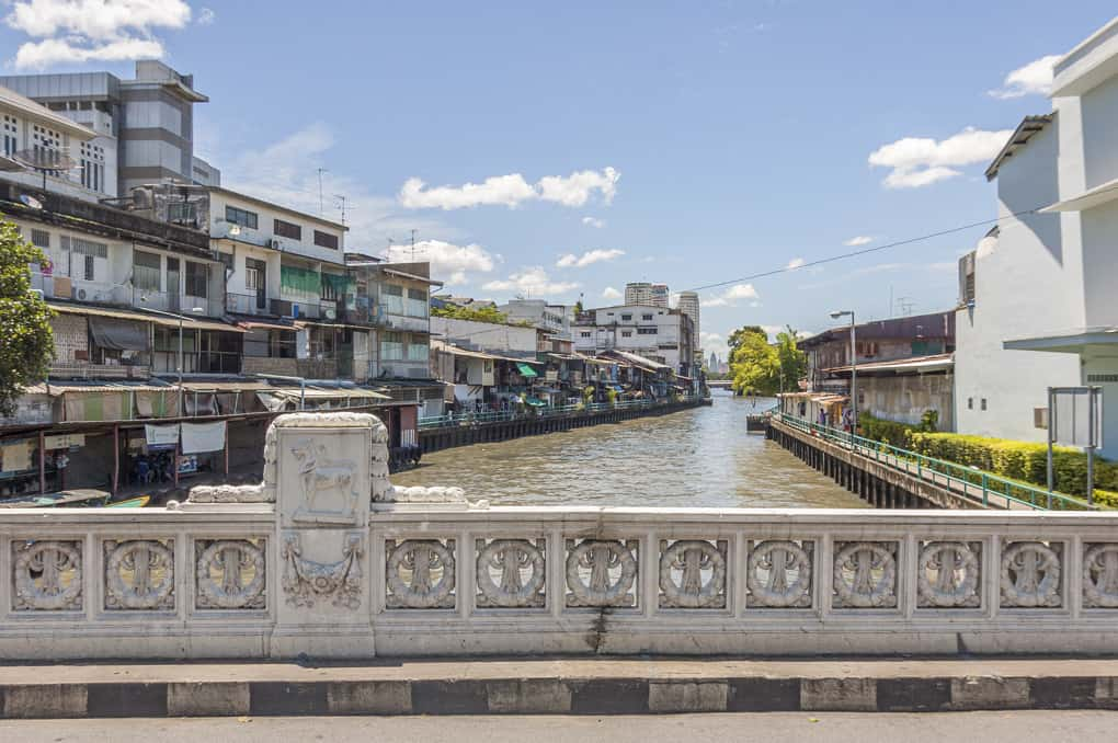 einer der letzten verbliebenen Klongs in Bangkok eine Stadt der Probleme