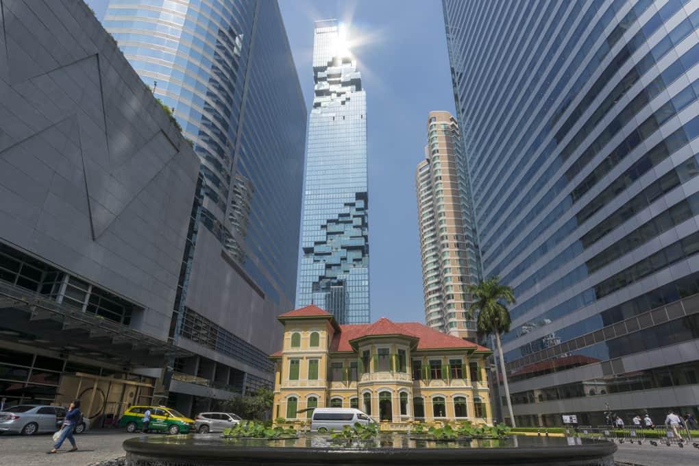 Historisch und modern das Stadtbild der Problemstadt Bangkok