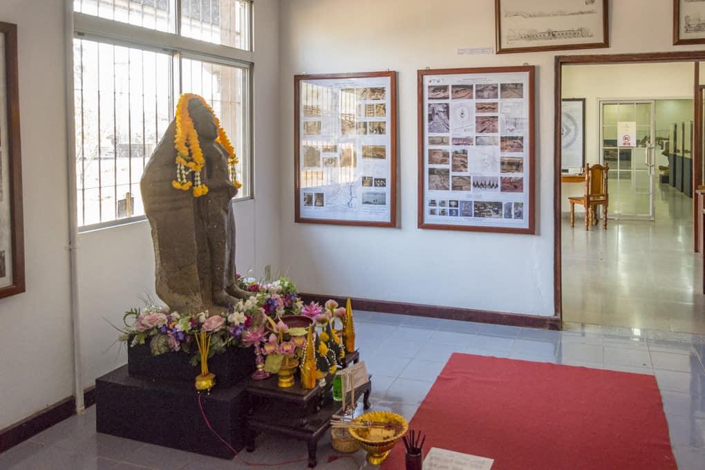 Schautafeln und Ausstellungsstücke im Museum von Wat Phou