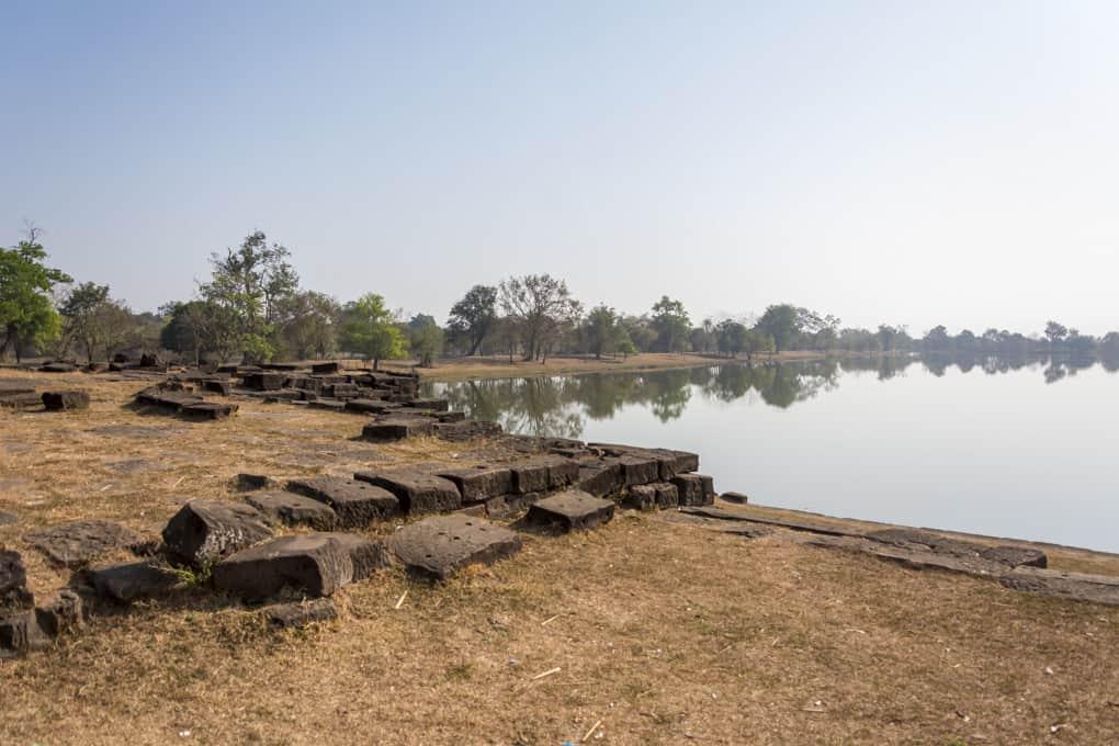 Großer Baray und Laterit-Steine am Eingang zum Wat Phou