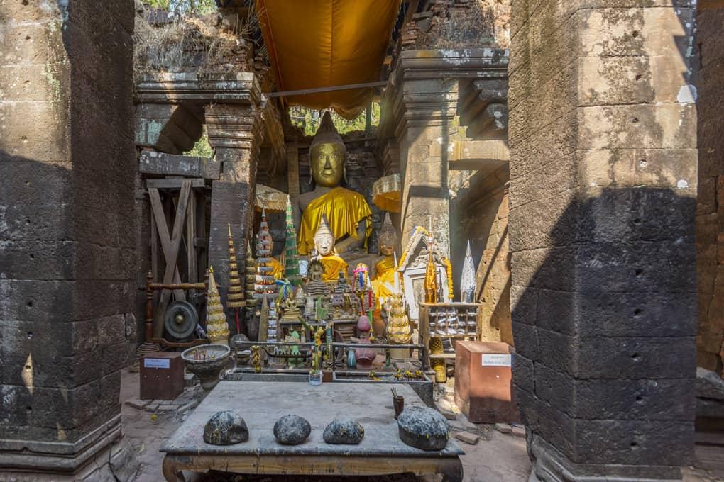 Im Heiligtum die Buddha-Statuen