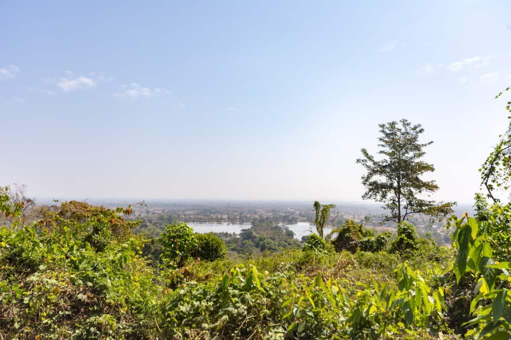 Blick auf den Baray und die Ebene von Champasak