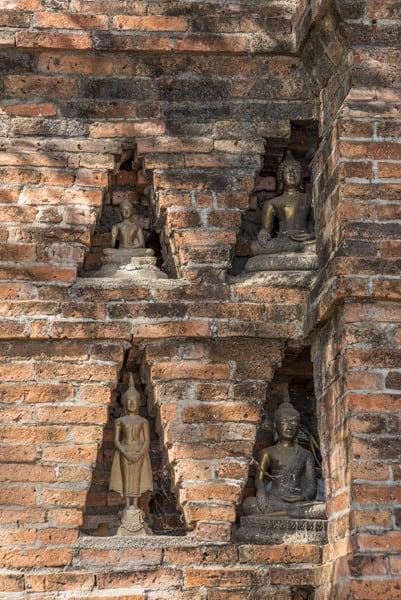 Kleine Nischen mit Buddha-Figuren im Wat Si Chum Neu in Sukhothai