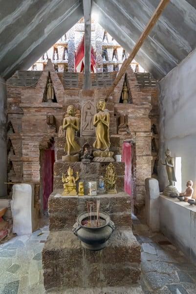 Durchgang zu dem Buddha-Raum im Wat Si Chum Neu