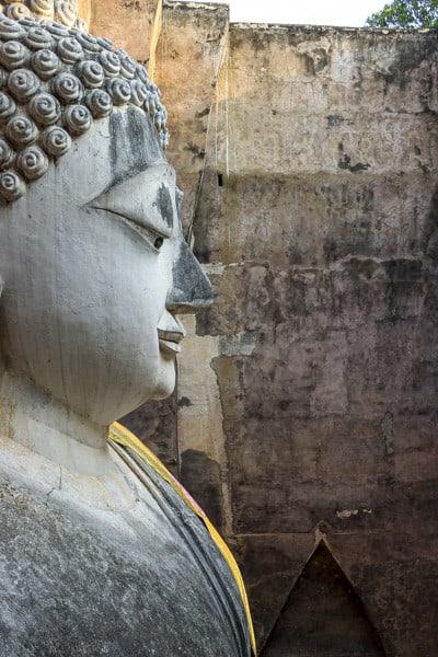 Blick auf den Buddha im Wat Si Chum vom seitlichen Fenster aus