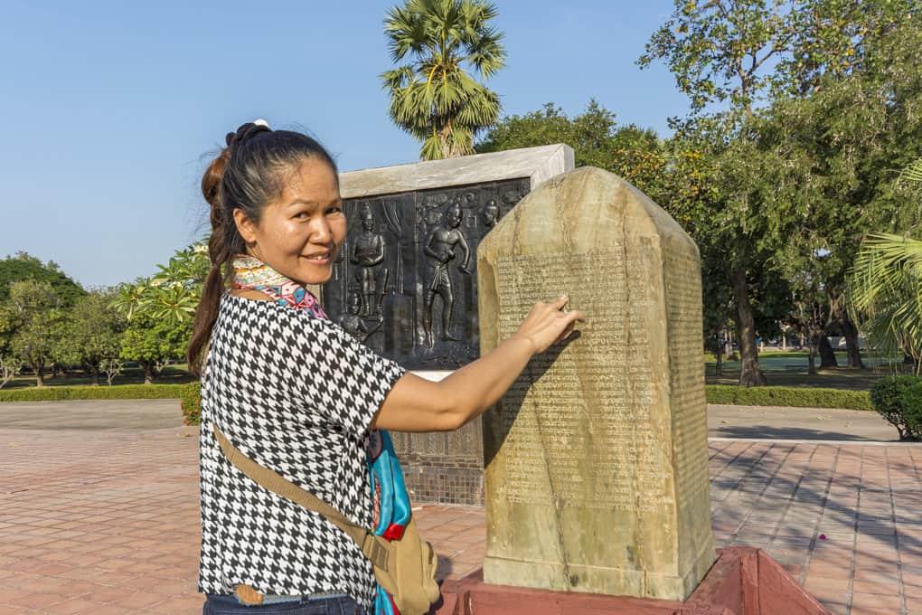 Steininschrift der ersten Thai-Schrift von König Ramkhamhaeng - Historische Aufzeichnungen in Thailand