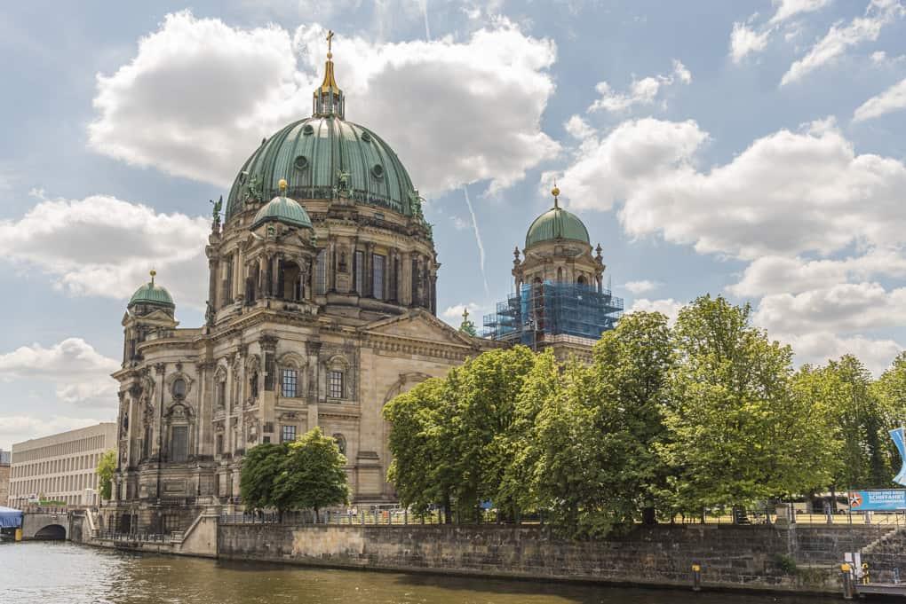 Berliner Dom von der Spree aus
