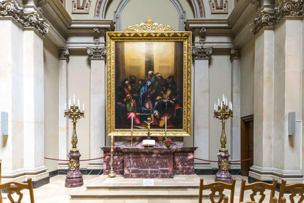 Altarbild und Leuchter in der Tauf- und Traukirche im Berliner Dom
