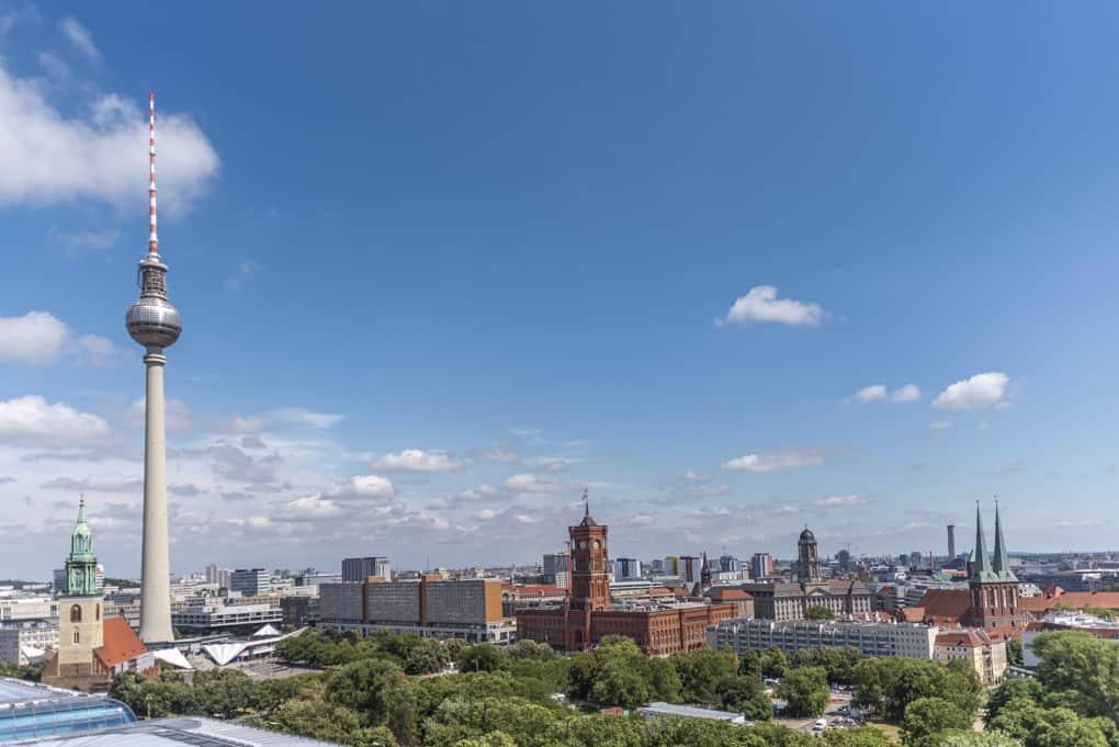 Der Fernsehturm und das Rote Rathaus vom Berliner Dom aus gesehen