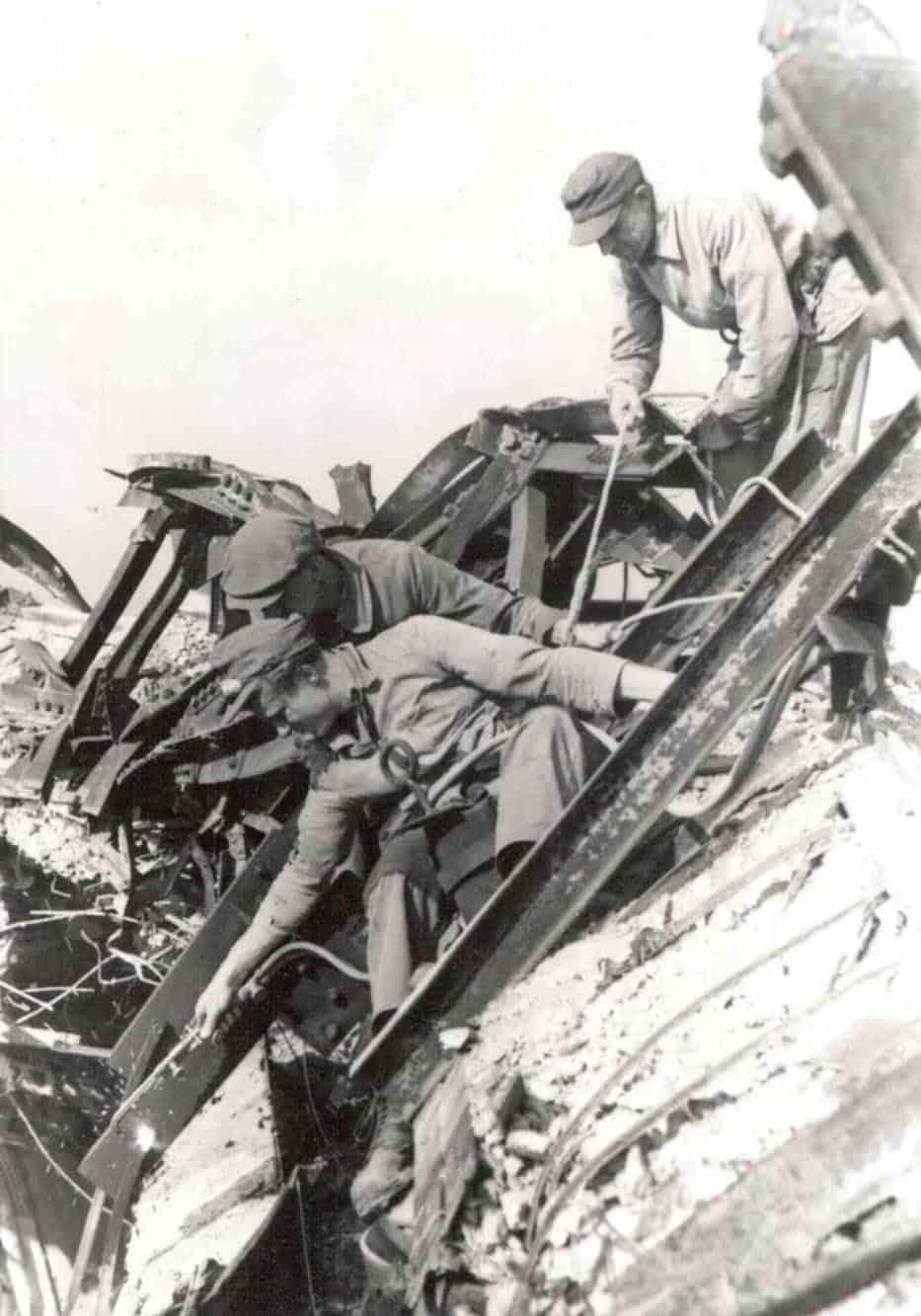 Bauarbeiter beim Abtrennen von Stahlträgern in der Ruine des Berliner Doms