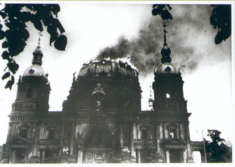 Der brennende Berliner Dom im zweiten Weltkrieg