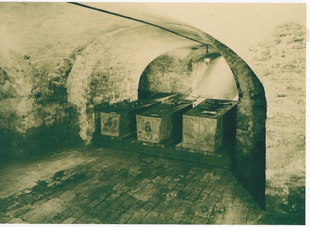 Historisch Aufnahme von drei Särgen in der Hohenzollerngruft