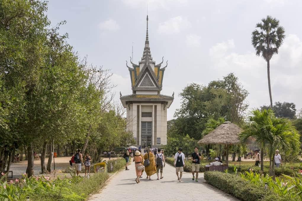 Gedächtnis-Stupa mit den Knochen und den Totenschädeln der getöteten Khmer id Genozid Gedenkstätte Choeung Ek nahe Phnom Penh in Kambodscha