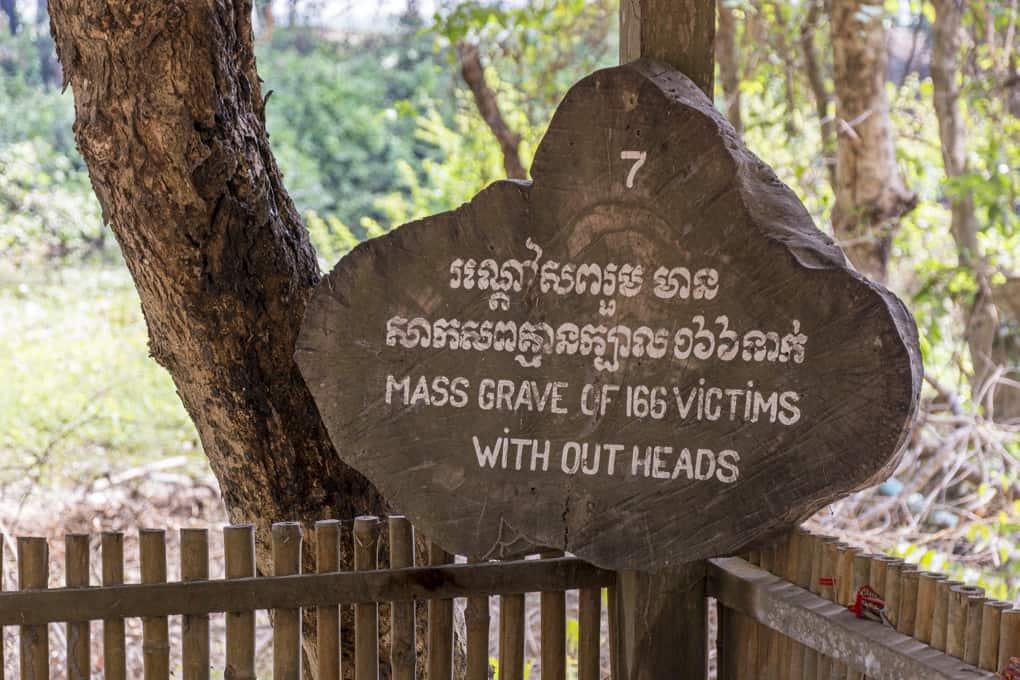 Massengrab von 166 Gefangenen ohne Köpfe in der Gedenkstätte Choeung Ek - Kambodscha