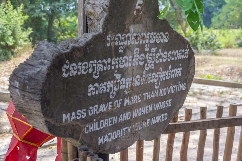 Massengrab der Kinder und Frauen die auf dem Killing Field - Choeung Ek Gedenkstätte starben