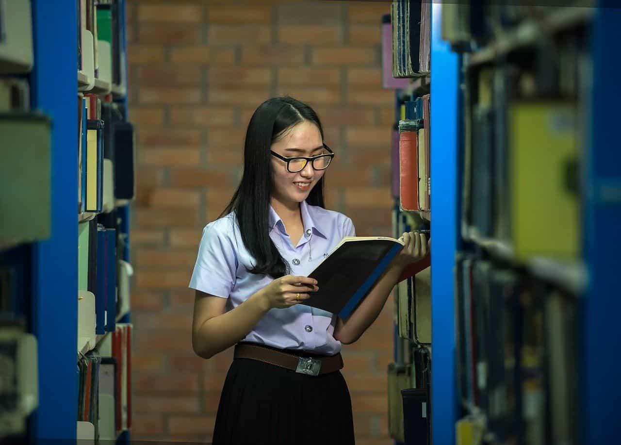 Junge Thailänderin in der Universitätsbibliothek - Wie sind thailändische Frauen?