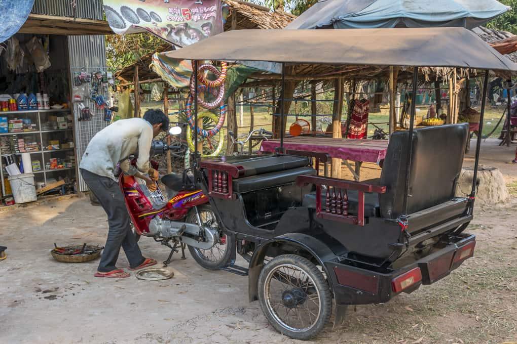 Motorradwerkstatt auf dem Weg nach Kbal Spean