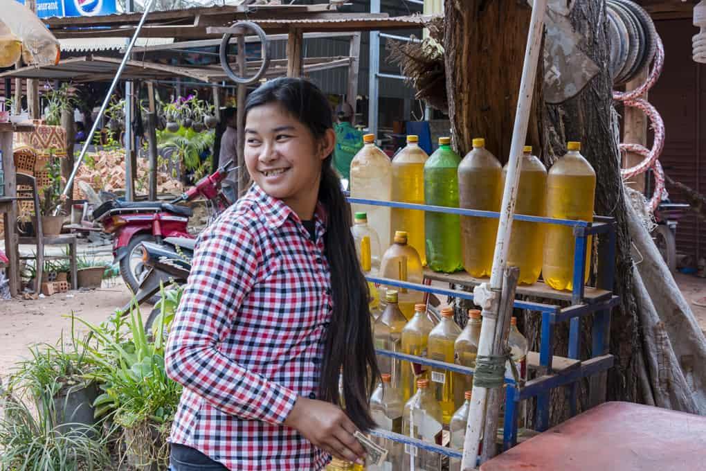 Freundliche Tankstellenbesitzerin in Kambodscha