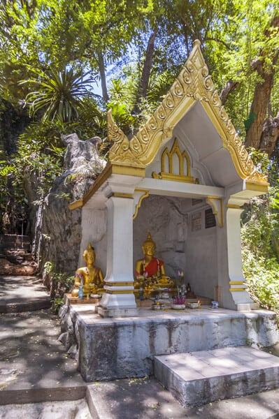 Buddh-Statue auf dem Weg zum Chedi auf dem Golden Mount