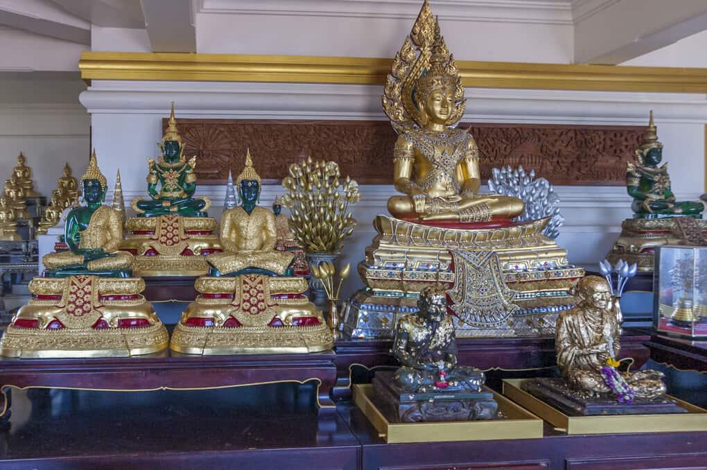 Buddha-Statuen im Chedi auf dem Golden Mount