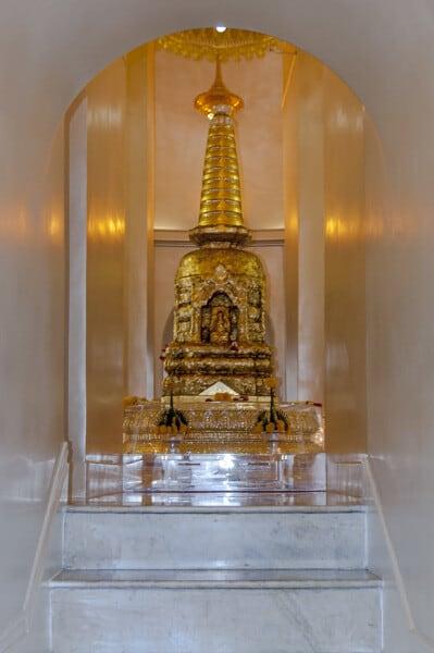 Kleiner Chedi mit den Reliquien Buddhas auf dem Golden Mount
